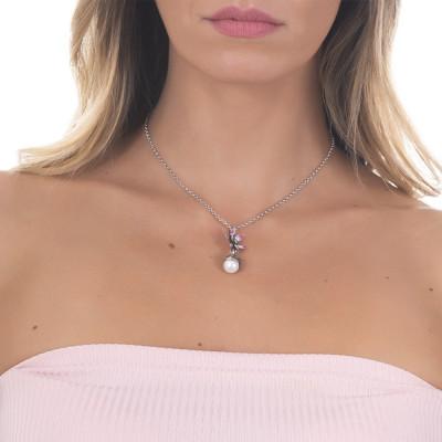 Collana in argento brunito con pendente composto da fiore di ninfea fucsia e perla naturale