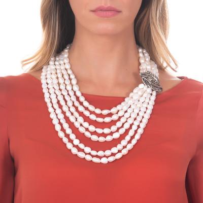 Collana multifilo con perle barocche naturali e foglia piuma in argento brunito.