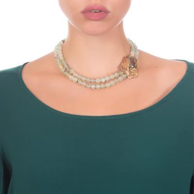 Collana corta con doppio filo di garnet green rutilato, carpa e decoro di ninfee in argento dorato