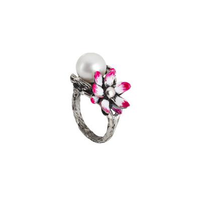 Anello in argento brunito con perla naturale e ninfea dipinta nelle sgfumature del fucsia