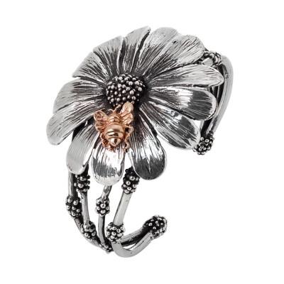 Bracciale rigido a fascia in argento brunito con margherita e ape rosata