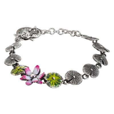 Bracciale in argento brunito composto da foglie di ninfea dipinte e fiore di ninfea dipinto di fucsia