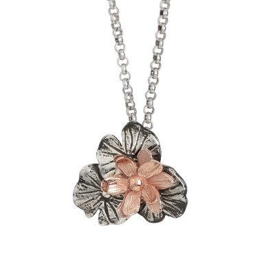 Collana in argento brunito con fiore di ninfea placcato oro rosa