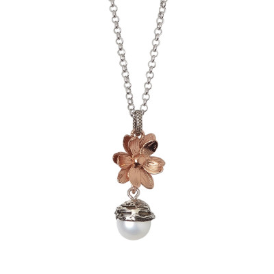 Collana in argento brunito con pendente composto da fiore di ninfea rosato e perla naturale