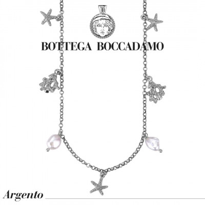 Collana modello Chanel con charms marini e perle scaramazze