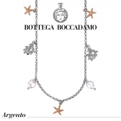 Collana modello Chanel con charms marini bicolor e perle scaramazze