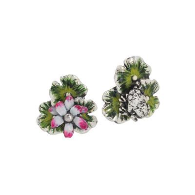 Orecchini con foglie e fiore di ninfea dipinti a mano e ranocchio in argento brunito