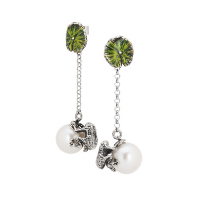Orecchini in argento brunito con perla naturale pendente e ranocchio dipinti a mano