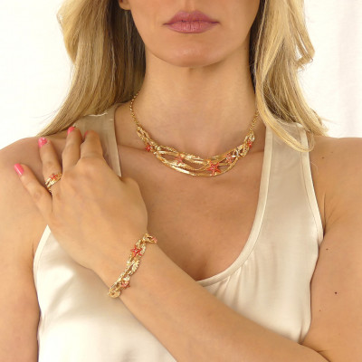 Semi-rigid necklace with coral-colored starfish