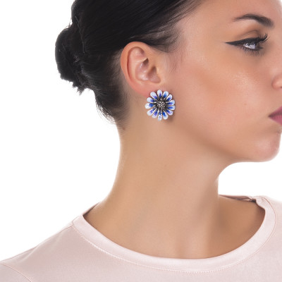 Hand-decorated burnished silver daisy earrings in shades of blue