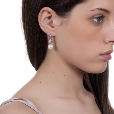 Earrings with diamond ball and natural pearl