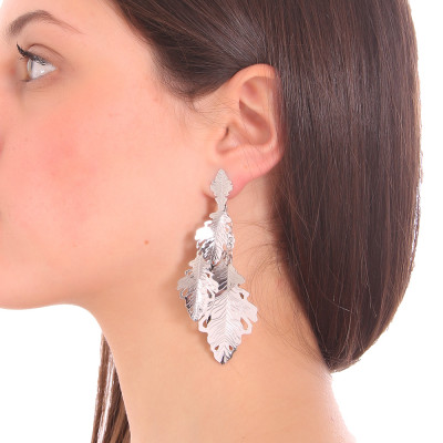 Rhodium-plated dangling earrings with a tuft of leaves