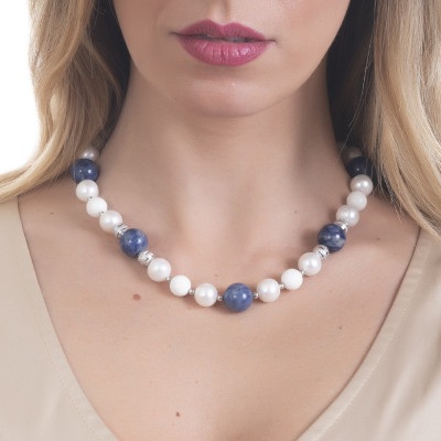 Necklace with natural pearls, sodalite and white agate.