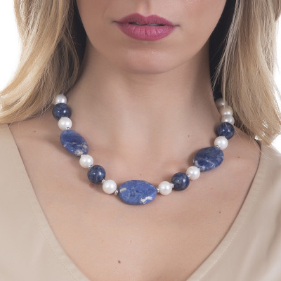Short necklace with natural pearls and sodalite