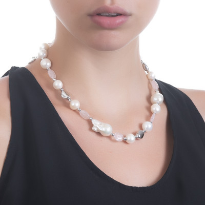 Short necklace with natural pearls alternated with rose quartz
