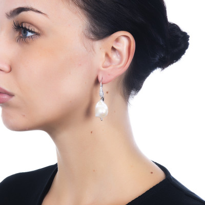 Earrings with cubic zirconia and baroque pearl