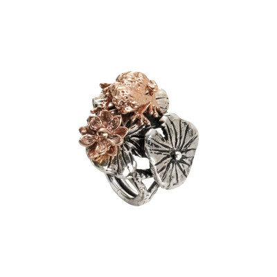 Ring in burnished silver with decoration of pink water lilies and frog