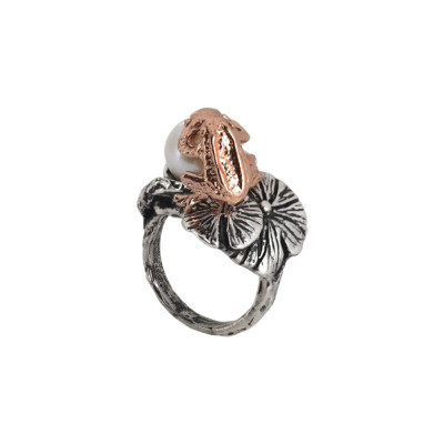 Ring in burnished silver with natural pearl, decoration of water lilies and burnished frog