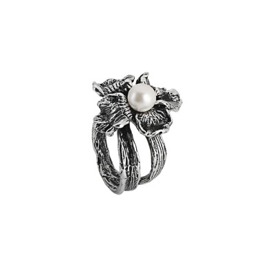 Ring in burnished silver with water lily and natural central pearl