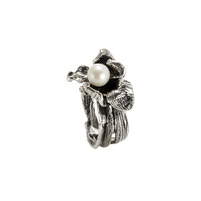 Ring in burnished silver with small water lily and natural pearl