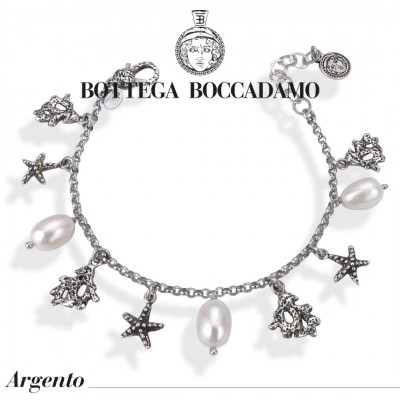 Bracelet with natural pearls and charms
