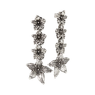 Earrings in burnished silver with hanging lilium flowers