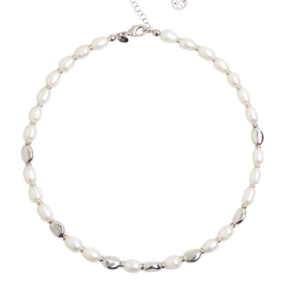 Necklace with natural pearls and silver interlayers