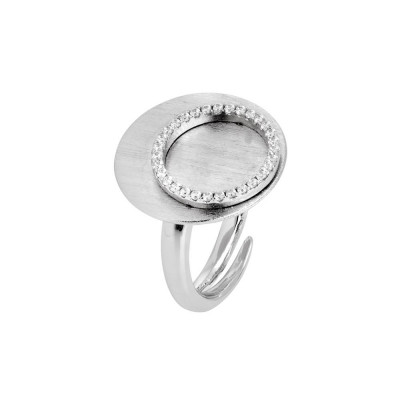Ring scratched with a flat base and the circle of zircons