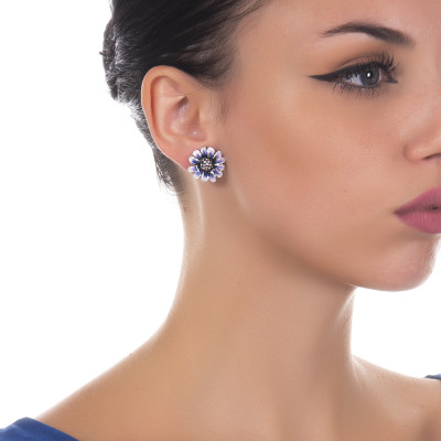 Lobe earrings with daisy in burnished silver painted blue