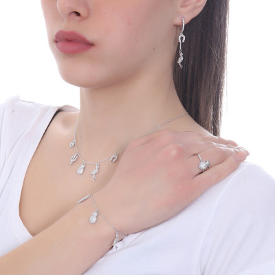 Bracelet with zircon pendants with exotic inspirations
