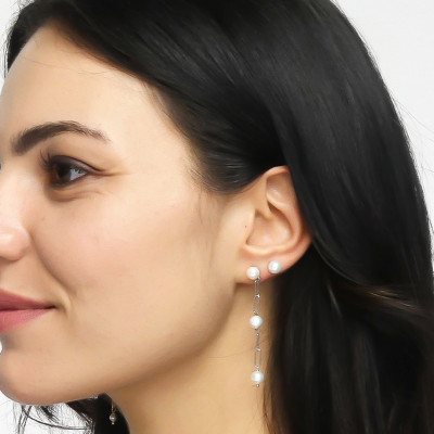 Mono earring with natural dangling pearls