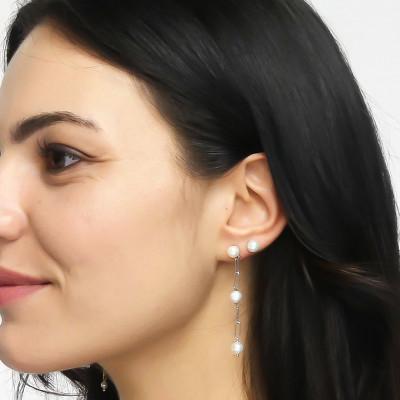 Stud earrings with medium natural pearls