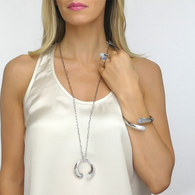 Long necklace with mother-of-pearl crystals and gray cat-like agate