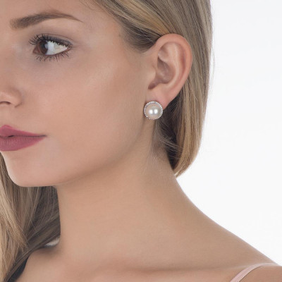 Earrings in the lobe with white pearl Swarovski and zircons