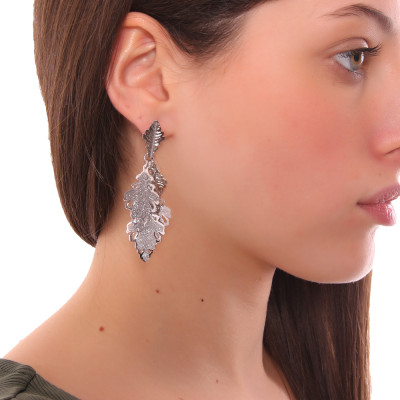Rhodium-plated earrings with tuft of smooth and glittery oak leaves