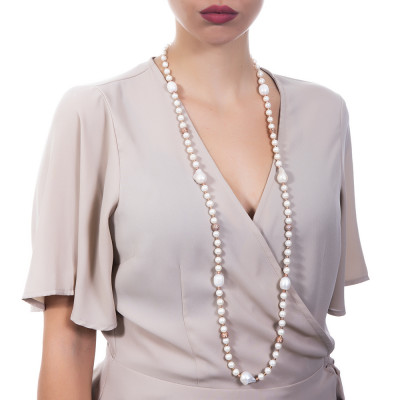 Long rose gold plated necklace with natural pearls and spheres with a diamond effect