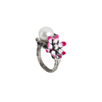 Ring in burnished silver with natural pearl and water lily painted in fuchsia shades