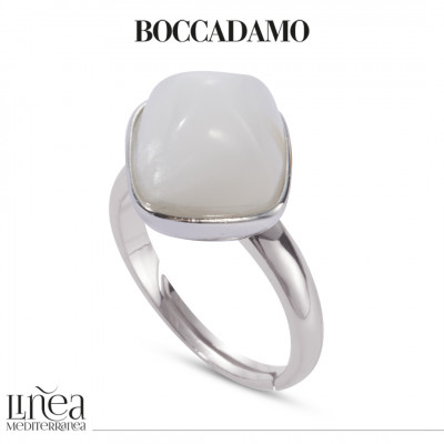 Ring with mother-of-pearl colored pyramidal crystal